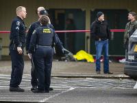 Polícia zabila muža, ktorý začal strieľať v areáli školy.