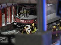 Na snímke je zdemolovaný autobus.