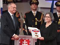 Na snímke prezident SR Andrej Kiska (vľavo) udeľuje Rad Ľudovíta Štúra I. triedy Jane Juráňovej (vpravo) počas slávnostnej ceremónie udeľovania štátnych vyznamenaní