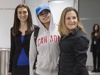 Na snímke kanadská ministerka zahraničných vecí Chrystia Freelandová (vpravo) privítala 18-ročnú Rahaf Muhammad Mutlak al-Kunúnovú (uprostred) zo Saudskej Arábie po prílete na letisko v Toronte