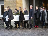 Rodinní príslušníci a priatelia počas pohrebu dánskej študentky Louisy Vesteragerovej Jespersenovej