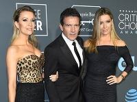 Antonio Banderas zavítal do spoločnosti s dvoma sexicami.