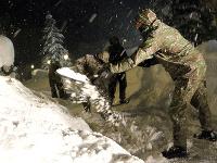 Vojaci pomáhali v obciach Oravská Lesná a Novoť pri odstraňovaní následkov snehovej kalamity.