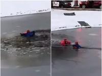 Pod chlapcom sa prepadol ľad.
