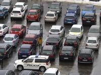 Autá, ktoré pred jedným z nákupných centier v Poprade parkovali naozaj kuriózne