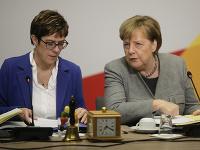 Nemecká kancelárka Angela Merkelová a generálna tajomníčka CDU Annegret Krampová-Karrenbauerová (vľavo).