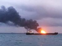 Horiaca loď v Kerčskom prielive.