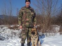 Na snímke psovod Okresného riaditeľstva Policajného zboru z Prievidze Miroslav Hujo spolu so psom Trewisom - vycvičeným na pachové práce