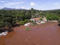 Záplava a bahno poznačili okolie priehrady.