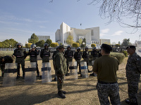 Pakistanské jednotky hliadkujú pred budovou Najvyššieho súdu v Islamabade, kde sa začne proces proti obžalovanej pakistanskej kresťanke Asie Bibi.