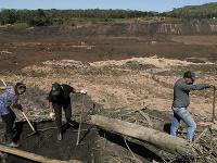 Brazílski záchranári stále hľadajú telá.