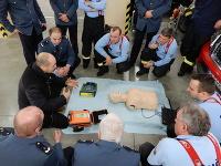 Defibrilátor odovzdal hasičom jeho otec Ondreja Dudu.