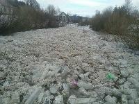 Na rieke Kysuca sa na tomto mieste nahromadili ľadové kryhy.