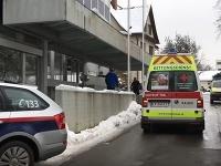 Sanitka pred budovou, v ktorej došlo k vražde.