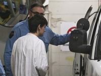 Obvinený 27-ročný Alexandre Bissonnete nastupuje do policajnej dodávky