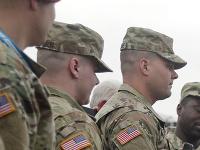 Mike Pence s americkými vojakmi.