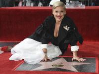 Americká speváčka Pink  pózuje pri svojej hviezde na hollywoodskom Chodníku slávy v Los Angeles