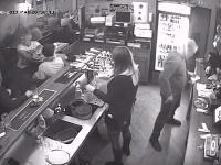 Situáciu zachytila kamera v podniku.