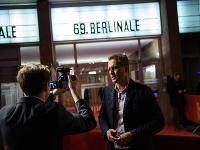 Poslanec krajne pravicovej strany Alternatíva pre Nemecko (AfD) Petr Bystron stojí pred kinom počas premiéry filmu Who do you think I am