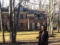 Realitná agentka ukazuje dom