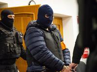 Zoltán Andruskó v sprievode členov Zboru justičnej a väzenskej stráže