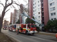 Hasiči v Zlatých Moravciach evakuovali obyvateľov bytového domu.