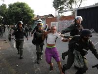 Nepokoje vo Venezuele, zasahovali aj policajti