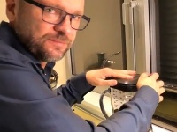 Richard Sulík v kuchyni