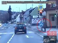 Vodič prešiel na červenú.