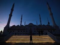 Moslimovia prichádzajú na rannú modlitbu do mešity Camlica v ázijskej časti Istanbulu, ktorú otvorili vo štvrtok 7. marca 2019.