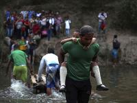 Ľudia za pomoci dobrovoľníkov unikajú z krajiny do susednej Kolumbie