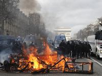 Protivládne protesty si v centre Paríža vyžiadali zásah polície.