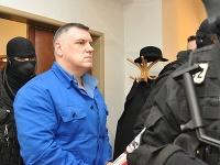 Obžalovaný Mikuláš Černák (uprostred) prichádza na pojednávanie