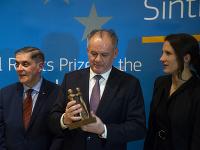 Zľava predseda Ústrednej rady Sinti a Rómov v Nemecku Romani Rose, Andrej Kiska si prevzal Európsku cenu za občianske práva Sintov a Rómov a Soraya Postová
