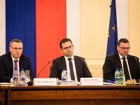 Zľava: Člen Ústavnoprávneho výboru Tibor Bernaťák, predseda výboru Róbert Madej a podpredseda výboru Jozef Ježík