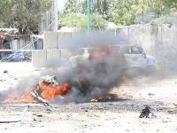 Útočníci odpálili bombu umiestnenú v aute.