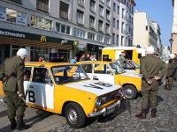 Účastníci rekonštrukcie Sviečkovej manifestácie pri príležitosti jej 31. výročia na Hviezdoslavovom námestí