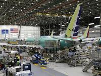 Na snímke technici kompletizujú nové lietadlo Boeing 737 Max 8 v závode americkej spoločnosti Boeing v Rentone v štáte Washington