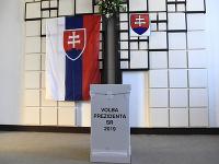Volebná miestnosť s volebnou schránkou počas 2. kola prezidentských volieb