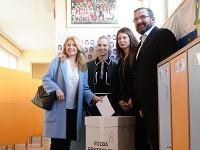 Zuzanu Čaputovú pri volebnom akte sprevádzala rodina