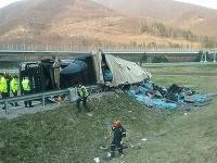 Kamión sa prevrátil pri meste Vrútky, pod Dubnou Skalou.
