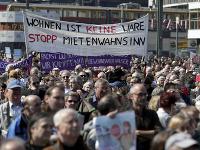 Demonštranti s transparentmi počas celonemeckého protestu proti zvyšovaniu nájomného v Berlíne