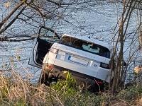 Range Rover skončil v Hrone, vodič vo vozidle nesedel.