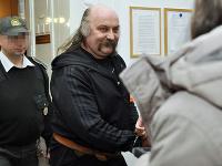 Na snímke Mikuláš V. odvádzaný z pojednávacej miestnosti.