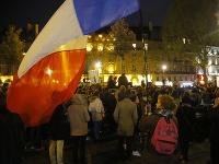 Stovky ľudí sa v utorok večer zišli v blízkosti Notre-Dame