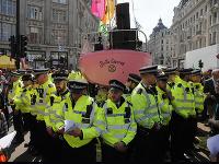 Polícia zatkla už vyše 750 účastníkov klimatických protestov