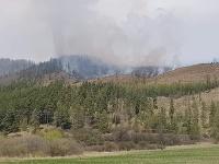 Pri rozsiahlom požiari lesa v Kravanoch zasahujú desiatky hasičov