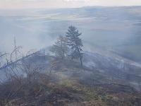 Hasiči stále zasahujú pri rozsiahlom požiari lesa v obci Kravany v okrese Poprad.