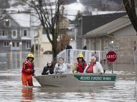 Hasiči evakuujú ľudí počas záplav 20. apríla 2019 v kanadskom Sainte-Maire. Pre povodne, ktoré cez víkend zasiahli východnú Kanadu, muselo byť evakuovaných už viac ako 1500 osôb.
