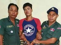 Syna zatkla polícia.